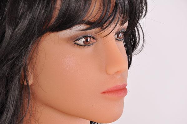 rassige Schönheit mit schwarzen Haaren