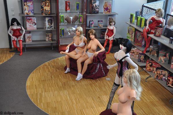 Der Showroom vom Dollpark. Hier stehen auch andere Liebespuppen aus.